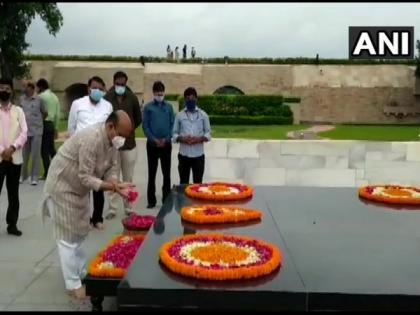 Karnataka CM pays floral tribute to Mahatma Gandhi at Raj Ghat | Karnataka CM pays floral tribute to Mahatma Gandhi at Raj Ghat