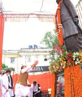 Rajnath unveils Lalji Tandon's statue in Lucknow   Rajnath unveils Lalji Tandon's statue in Lucknow