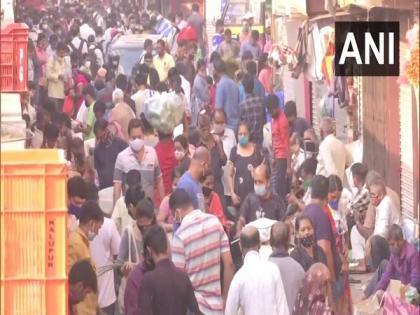 Mumbai: People throng Dadar vegetable market amid rising COVID-19 cases | Mumbai: People throng Dadar vegetable market amid rising COVID-19 cases