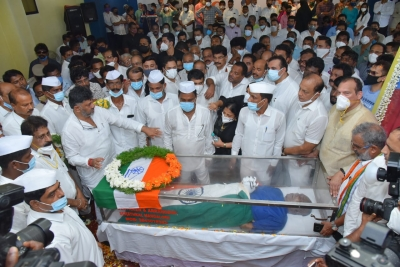 Thousands pay tributes to departed Congress leader Oscar Fernandes   Thousands pay tributes to departed Congress leader Oscar Fernandes