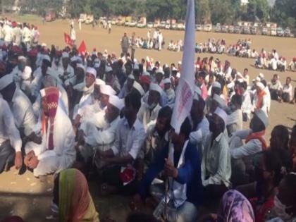 Farmers march from Nashik to Mumbai to take part in 'Kisan Gantantra Parade' | Farmers march from Nashik to Mumbai to take part in 'Kisan Gantantra Parade'