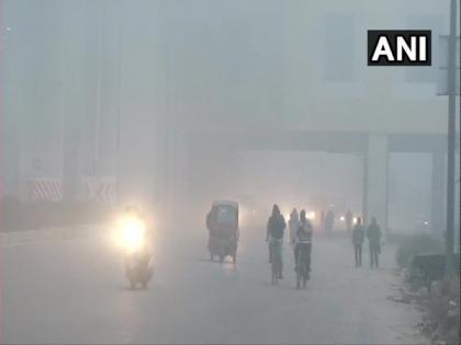 Moderate fog engulfs Delhi, trains delayed   Moderate fog engulfs Delhi, trains delayed