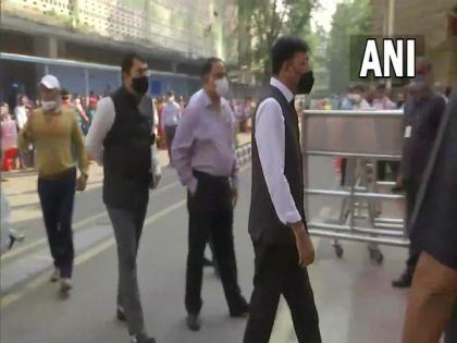 Delhi: Mansukh Mandaviya arrives at AIIMS to meet former PM Manmohan Singh   Delhi: Mansukh Mandaviya arrives at AIIMS to meet former PM Manmohan Singh
