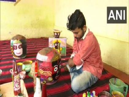 Despite losing hands in accident, Odisha artist continues to follow passion for painting   Despite losing hands in accident, Odisha artist continues to follow passion for painting