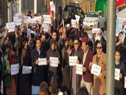 Pak journalists protest against raid at press club, detention of scribe   Pak journalists protest against raid at press club, detention of scribe