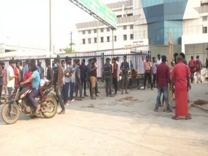 Retailers stage protest against TN govt over closer of shops in Koyambedu   Retailers stage protest against TN govt over closer of shops in Koyambedu
