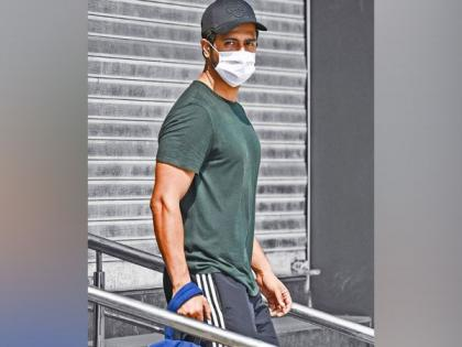Vicky Kaushal shares picture wearing mask, requests fans to be safe | Vicky Kaushal shares picture wearing mask, requests fans to be safe