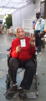 Centenarian vaccinated in Delhi's Gangaram Hospital - Lokmat