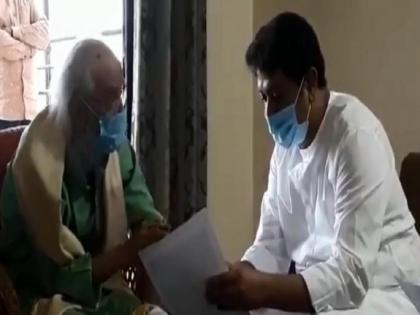 Raj Thackeray, who once said 'I don't wear mask at all', spotted wearing mask | Raj Thackeray, who once said 'I don't wear mask at all', spotted wearing mask