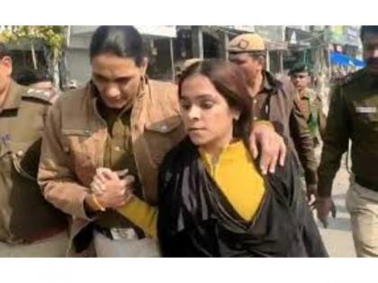 Shaheen Bagh protest: Burqa-clad woman raises suspicion | Shaheen Bagh protest: Burqa-clad woman raises suspicion