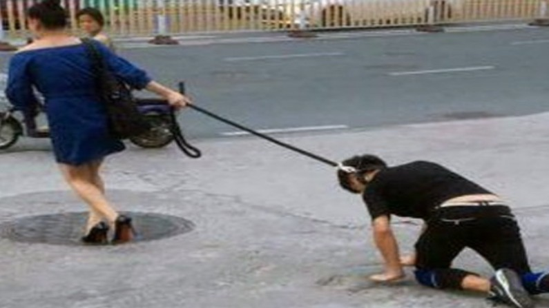 पति के गले में कुत्ते का पट्टा डालकर घुमा रही थी महिला, पुलिस ने लगाया 2 लाख  का जुर्माना, ये है पूरा मामला