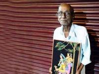 80 साल के Sunil Pal को बच्चों ने घर से निकाला, रोड पर बेचते हैं पेंटिंग, मदद के लिए आगे आए लोग
