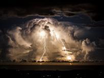आकाशीय बिजली गिरने से झुलसे महिला समेत तीन लोगों को गाय के गोबर में दबाया,दो की मौत