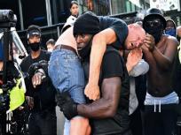 अश्वेत नागरिक ने नस्लवाद विरोध प्रदर्शन के दौरान घायल श्वेत शख्स को कंधे पर उठाया, लंदन की तस्वीर सोशल मीडिया पर वायरल