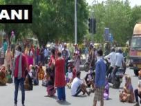 दिल्ली के द्वारका सेक्टर-2 में पानी की किल्लत से परेशान लोग, प्रशासन के विरोध कर रहे हैं प्रदर्शन