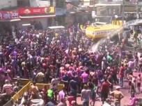 Happy Holi: यूपी के मथुरा से लेकर मध्य प्रदेश, राजस्थान तक होली की धूम, गुजरात में लोगों ने बरसाये टमाटर