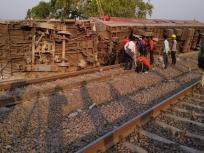कानपुर: हावड़ा से दिल्ली जा रही पूर्वा एक्सप्रेस के 12 डिब्बे पटरी से उतरे, 15 लोग घायल