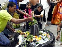 महाशिवरात्रि के पर्व पर मंदिरों में लगा भक्तों का तांता, भगवान शिव के जलाभिषेक के लिए पहुंचे श्रद्धालु, देखें तस्वीरें
