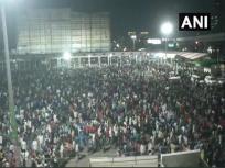 Lockdown: दिल्ली-गाजियाबाद सीमा पर जुटे हजारों प्रवासी मजदूर, अफरा-तफरी का माहौल