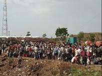 मध्य प्रदेश बॉर्डर पर प्रवासी मजदूरों ने खाना ना मिलने को लेकर किया विरोध प्रदर्शन, पुलिस पर फेंके पत्थर