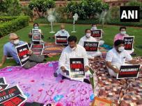 आठ विपक्षी सदस्यों पर कार्रवाईः सरकार पर हमला तेज,संसद भवन में धरना,'लोकतंत्र की हत्या' और 'संसद की मौत'लिखी तख्तियां थीं