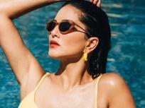 ग्लॅमर आणि बोल्डनेसमध्ये सर्वांना टक्कर देते सनी लिओनी, 'बिग बॉस'नंतर तिच्यासाठी खुले झाले बॉलिवूडचे दरवाजे - Marathi News | Sunny leone shares pool pictures in yellow swimsuit see pics | Latest bollywood Photos at Lokmat.com