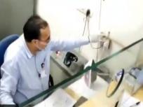 बैंक में कोरोना वायरस को 'मारने' के लिए कैशीयर कर रहा है स्टीम आयरन का इस्तेमाल! आनंद महिंद्रा ने शेयर किया वीडियो