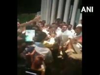 कुमारस्वामी की सरकार गिरने के बाद बेंगलुरु में समर्थकों संग नाचते दिखें बीजेपी विधायक रेणुकाचार्य, देखें वीडियो