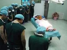'एम्स के डॉक्टर सिर झुकाकर अटल को दे रहे हैं आखिरी श्रद्धांजलि' लेकिन ये है तस्वीर की असली सच्चाई