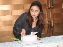 Photos: आलिया भट्ट ने इस खास अंदाज में काटा केक, फैंस के साथ यूं किया अपना बर्थडे सेलिब्रेट