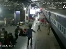 अहमदाबाद स्टेशन पर चलती ट्रेन से फिसली महिला, वीडियो में देखें, पुलिस ने ऐसे बचाई जान