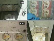 योगी राज में स्वच्छ भारत मिशन के तहत सरकारी शौचालय में लगी महात्मा गांधी और अशोक चक्र वाली टाइल्स
