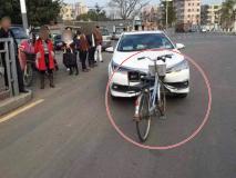 साइकिल से टकराई कार, उसके बाद हुआ कुछ ऐसा, सभी रह गए दंग