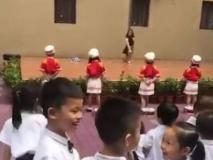 वीडियो: नर्सरी के बच्चों को स्कूल के पहले दिन ही दिखाया गया एडल्ट पोल डॉन्स, सोशल मीडिया पर छिड़ी बहस