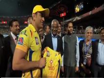 VIDEO: आईपीएल मैच देखने पहुंचे इस देश के राष्ट्रपति, कोहली-धोनी ने टीम जर्सी की भेंट