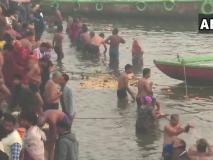 देशभर में आज मनाई जा रही है मकर संक्रांति, कड़ाके की ठंड के बावजूद लाखों लोगों ने लगाई 'आस्था की डुबकी'