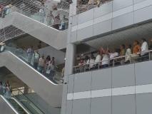 दो शिक्षकों ने 'दिव्यांग' स्कूलों के लिए धनराशि की मांग को लेकर'मंत्रालय' की दूसरी मंजिल से कूदकर आत्महत्या करने का प्रयास किया