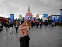 फीफा वर्ल्ड कप: विदेशी फैंस को 'प्यार' की तलाश, रूसी लड़कियों का नंबर लेने की होड़