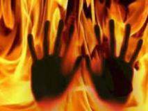 पहले फोन पर दिया तीन तलाक, फिर दहेज की मांग को लेकर पति ने बेटी के सामने पत्नी को जिंदा जलाकर मार डाला