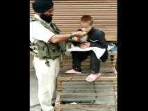 कश्मीर: लकवाग्रस्त बच्चे को अपना खाना खिलाया, पुलवामा हमले में CRPF टुकड़ी में शामिल था यह जवान, वीडियो
