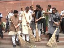 संसद में झाड़ू लगाने पर हेमा मालिनी ट्रोल, लोगों ने की पाकिस्तानी क्रिकेटर से तुलना