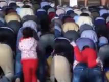 कश्मीर में नमाज के वक्त जब ये छोटी बच्ची अपने पिता की पीठ पर चढ़ गई! वीडियो देख छूट जाएगी आपकी भी हंसी