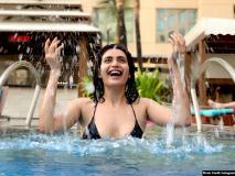स्विमिंग पूल में करिश्मा तन्ना के ब्लैक बिकीनी अवतार ने लगाई आग, तस्वीरें देख फैंस की टिक गईं निगाहें