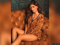 करिश्मा शर्मा ने काउच पर बैठे हुए शेयर की बेहद सेक्सी तस्वीर, फैंस बोले, 'हॉट लेग्स'