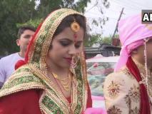 लोकसभा चुनाव 2019: जम्मू कश्मीर के ऊधमपुर में शादी के जोड़े में वोट डालने पहुंचा नवविवाहित दंपति