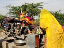 देश के इस मंदिर में भगवान नहीं बल्कि मोटरसाइकिल की होती है पूजा, जानें इसके पीछे की अजीबो-गरीब वजह