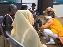 PM मोदी ने संगम में लगाई डुबकी, स्वच्छाग्रहियों के धोए पांव, कहा-ये पल जीवनभर रहेगा मेरे साथ