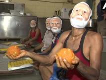 मुंबई: मिला 2000 किलो मिठाई का ऑर्डर, मोदी का मास्क पहन लड्डू बना रहे हलवाई