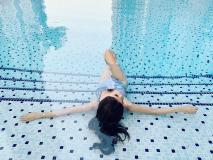 उमस भरी गर्मी में मौनी रॉय का स्विमिंग पूल में दिखा हॉट अंदाज, तस्वीरें वायरल