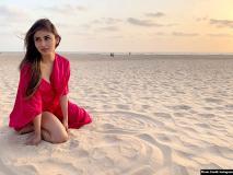 मौनी रॉय समंदर किनारे रेत पर अपने दिल की आरजू जाहिर करती आईं नजर, देखें बोल्ड Pics
